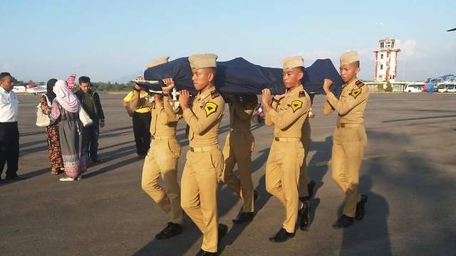 Soldiers carrying Agung's boody